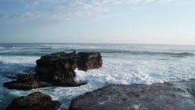 在击碎在岩石的美丽的海波浪的鸟瞰图飞行在巴厘岛 影视素材