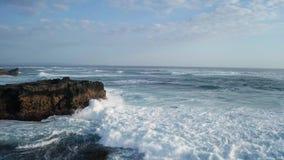 在击碎在岩石的美丽的海波浪的鸟瞰图飞行在巴厘岛 股票视频