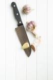 在刀子的被剥皮的大蒜 库存图片