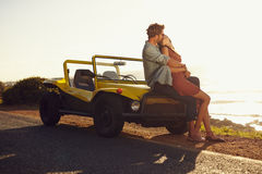 在分享一浪漫亲吻的旅行的夫妇 免版税库存照片