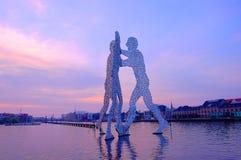 在分子人雕塑的看法在日出 柏林,德国- 免版税库存照片