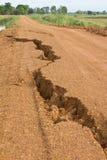 在分开农村已分解的石渣路。 库存照片