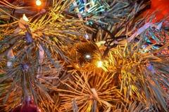 在分支关闭的圣诞树玩具 免版税库存图片