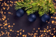 在分支冷杉的圣诞节球 免版税库存图片