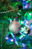 在分支的圣诞节球 免版税库存图片