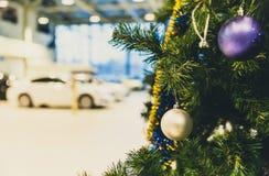 在分支的色的圣诞节球 免版税库存照片