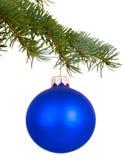 在分支的蓝色圣诞节玩具 免版税库存图片