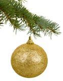 在分支的金黄圣诞节玩具 免版税库存图片
