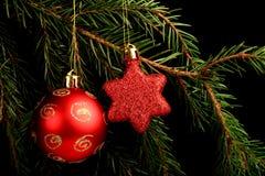 在分支的集合红色圣诞节装饰,隔绝在黑背景 免版税库存照片