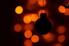 在分支的黑圣诞节球 免版税库存照片