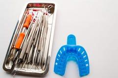 在分类的牙科设备在金属片 库存照片