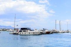 在分裂克罗地亚口岸的游艇  库存照片