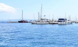 在分裂克罗地亚口岸的游艇  免版税库存照片