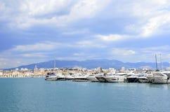 在分裂克罗地亚口岸的游艇  免版税库存图片