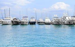 在分裂克罗地亚口岸的游艇  图库摄影