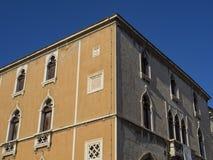 在分裂克罗地亚的威尼斯式大厦 免版税库存照片