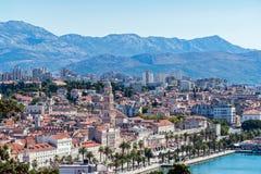 在分裂城市-达尔马提亚,克罗地亚的沿海岸区视图 免版税库存照片