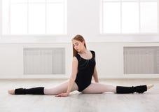 在分裂的古典跳芭蕾舞者在白色dansing的大厅里 免版税图库摄影