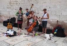 在分裂,克罗地亚/街道音乐家的旅游业 免版税库存图片