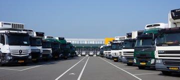 在分配中心前面的停放的卡车 库存照片