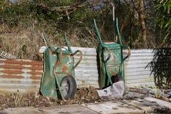 在分配地段的老独轮车 免版税库存照片