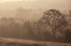 在切削Campden,科茨沃尔德,格洛斯特郡,英国的有薄雾的日出 免版税库存照片