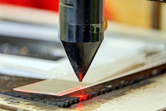 在切割机的红色激光 免版税库存图片