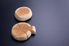在切口上添面包以在后面委员会的圆形统计图表的形式 库存图片