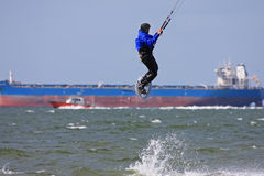 在切塞皮克湾的Kitesurfer 库存图片