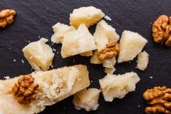 在切委员会的板岩石头的芬芳巴马干酪 库存照片