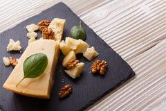 在切委员会的板岩石头的芬芳巴马干酪 免版税图库摄影