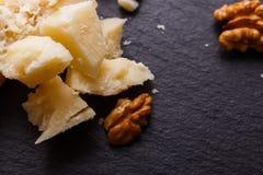 在切委员会的板岩石头的芬芳巴马干酪 库存图片