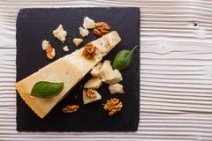 在切委员会的板岩石头的芬芳巴马干酪 免版税库存照片