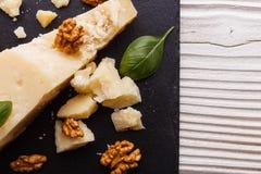 在切委员会的板岩石头的芬芳巴马干酪 免版税库存图片