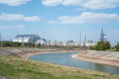在切尔诺贝利核电厂,与石棺,晴朗的天气的第4套电源装置的看法 库存图片