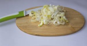 在切板和刀子的切好的韭葱 免版税库存照片