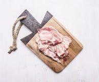 在切板木土气背景顶视图关闭的开胃烟肉 免版税库存图片