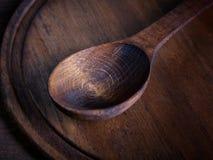 在切板木头的木匙子 免版税库存照片