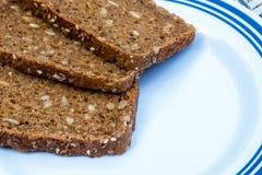 在切板特写镜头的切的黑麦面包 库存照片