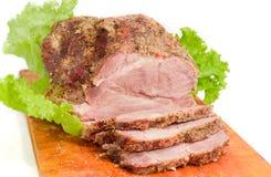 在切板特写镜头的部分被切的被烘烤的猪肉脖子 库存照片