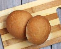 在切板的两卷 麦子面包 库存图片