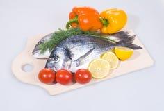 在切板的二条Gilthead鱼 免版税库存图片