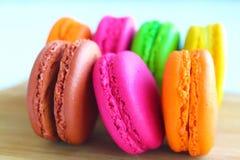 在切板的五颜六色的蛋白杏仁饼干 库存图片