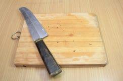 在切板的刀子 免版税图库摄影