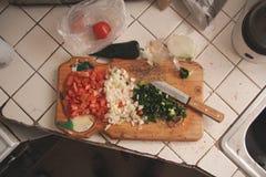 在切板的切好的菜 免版税库存图片