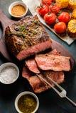 在切板的切的烤牛肉有烤菜的 顶层 库存图片