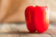 在切板的大红色响铃辣椒粉胡椒 免版税图库摄影