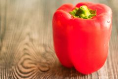在切板的大红色响铃辣椒粉胡椒 免版税库存照片