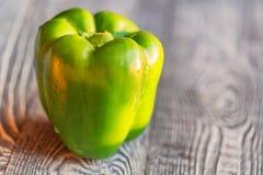 在切板的大绿色响铃辣椒粉胡椒 图库摄影