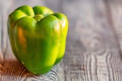 在切板的大绿色响铃辣椒粉胡椒 免版税库存图片